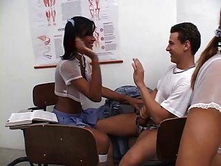 tgirls는 성교하고 학교에서 그들의 젊은 교사를 머리에 얹는다.