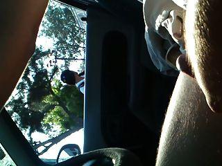 차에서 번쩍이는 정액