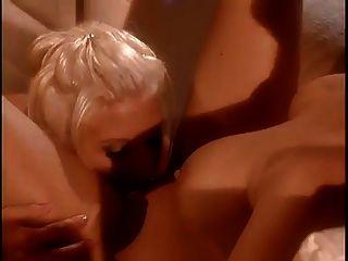 아시아 카레라는 그녀의 섹시한 여자 친구가 그녀의 음부를 핥았습니다.