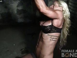 던전의 체인에있는 여성 보디 빌더