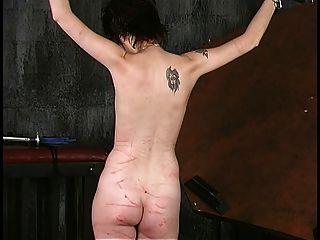 짧은 머리카락 한 쌍의 갈색 머리가 오래 된 친구에 의해 그녀의 가슴을 roped 가져옵니다.