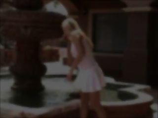 앨리슨 젖꼭지 핥기 및 흰색 탑 장난감을 통해 볼