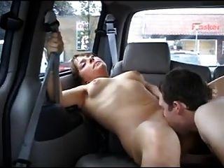갈색 머리에 플래시와 공공 장소에서 섹스