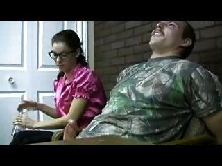 괴상한 여자가 femdom 주무르기를 준다