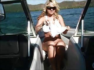 보트에 앨리슨은 그녀의 가슴을 보여줍니다.