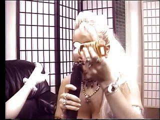 금발의 레즈비언은 딜도와 함께 서로 섹스