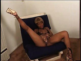 섹시한 흑단 발 뒤꿈치에 손가락을 그녀의 육즙이 음부에 의자