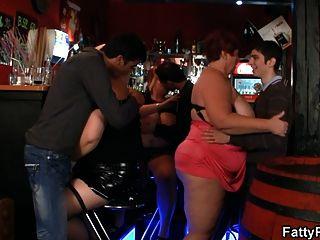 3 명의 뚱뚱한 병아리가 술집에서 재미있다.