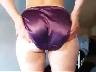 보라색 새틴 팬티에 내 여자의 엉덩이