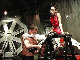 그의 여주인에 의해 굴욕당하는 남자 노예