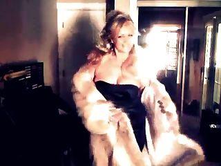 그녀의 늑대 모피 코트를 보여주는 섹시 한 여자!