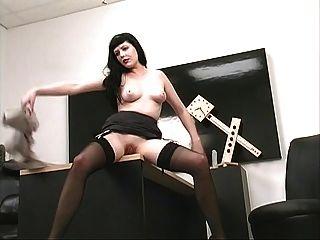 섹시한 가슴을 가진 흥분한 여자는 그녀의 음부와 사무실에서 뜨거워진다.