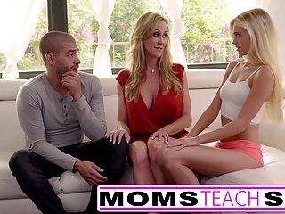 엄마가 섹스를 가르치다. 큰 가슴 엄마가 딸을 잡는다.