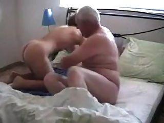 할머니는 두드림을 당한다.