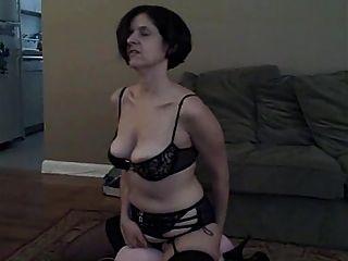 아내는 새 장난감으로 연극을하고 삼키다.