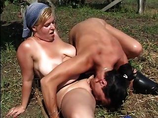 통통한 섹시한 병아리가 농장에서 엿 먹어.