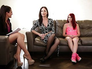 가족 치료사는 엄마와 의붓 딸과 놀다.