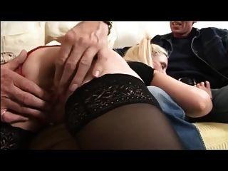 영국의 아내가 늙은 남자와 남편에 의해 때려 잡히고 범해진다.