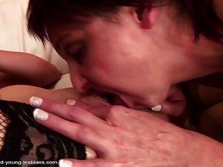 성숙한 멍청이는 거대한 젊은 트와 그녀의 오줌을 성교