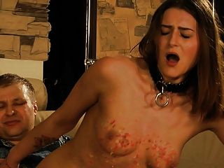 예쁜 여자가 그녀가 입으면 가슴을 휘두른다.