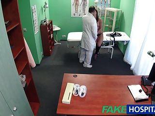 가짜 병원 환자는 성적인 호의를 원한다.
