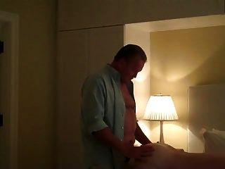 잘 생긴 큰 남자가 호텔 방에 와서 내 구멍에 싣고 갔다.
