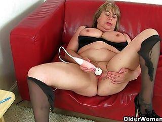 영국 할머니 트리샤는 성적 욕망을 통제 할 수 없다.
