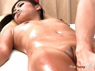 태국 소녀 알몸 기름 마사지를받습니다.