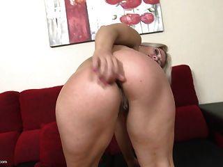 성숙한 금발의 엄마는 항문과 음부 섹스를 원한다.