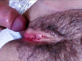 정자가 흠뻑 젖은 부드러운 입술을 가진 털이 많은 매혹적인 음부