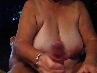 할머니는 입으로 주름을 주다.