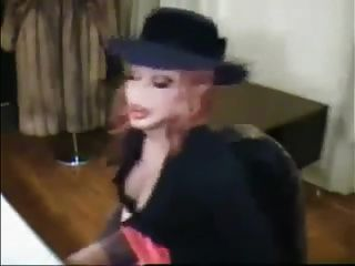 bimbo sissy가 담배를 피우다.