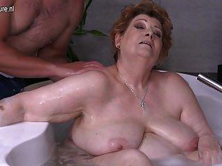 성숙한 bbw 엄마 빌어 먹을 아들 목욕