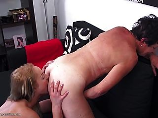 딸 레즈비언 섹스를 가르치는 성숙한 엄마