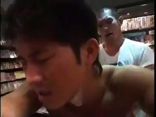 서점에서 빌어 먹을 아시아 소년