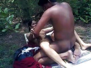 공원에서 섹스를하고있는 연인들