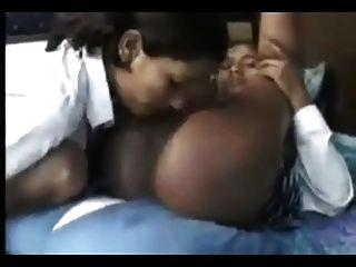 뜨거운 18 세의 인도 레즈비언 구강 섹스