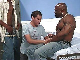아마추어 백인 녀석은 검은 녀석들에 의해 강타 당한다.
