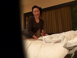 자막을 입은 일본의 유부남의 마사지 치료사가 hd의 유혹