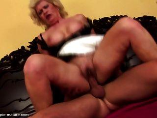 배고픈 구멍 속에서 엄마가 거친 섹스와 지즈를 얻는다.