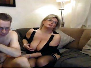 성숙한 엄마가 큰 완벽한 가슴과 웹캠 섹스를했습니다.
