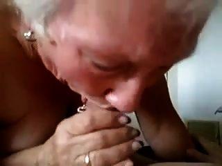 할머니는 그에게 심각한 입으로를 준다!