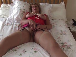 큰 가슴과 배고픈 성기를 가진 섹시한 할머니