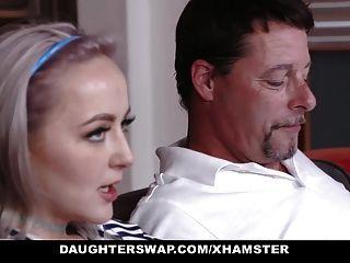 daughterswap 십대들은 빌어 먹을 아빠들 속으로 빠져 들었다.