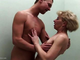 엄마와 아들 사이의 모든 구멍에 오줌을 싸고 빌어 먹을