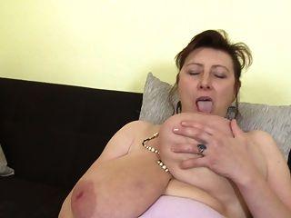 슈퍼 가슴과 배고픈 성기를 가진 멋진 엄마