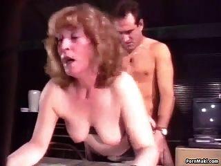 할머니는 엉덩이에 열중하고있어