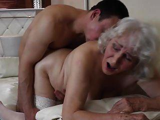 소년과 섹스하는 털이 많은 성기를 가진 할머니.