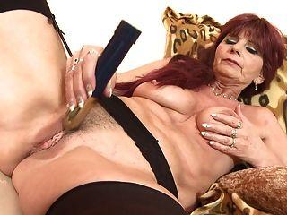 늙지 만 여전히 섹시한 할머니는 좋은 섹스를 필요로합니다.