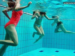누드 소녀 3 명이 물속에서 즐겁습니다.